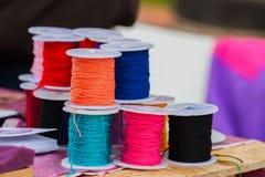 Jaskrawe arkany różnorodny kolor na zwitkach dla różnych zastosowań, selekcyjna ostrość Obrazy Royalty Free