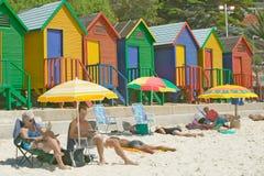 Jaskrawe barwić Plażowe budy przy St James, Fałszywa zatoka na oceanie indyjskim, na zewnątrz Kapsztad, Południowa Afryka Zdjęcia Stock