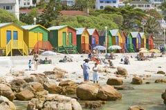 Jaskrawe barwić Plażowe budy przy St James, Fałszywa zatoka na oceanie indyjskim, na zewnątrz Kapsztad, Południowa Afryka Obraz Royalty Free