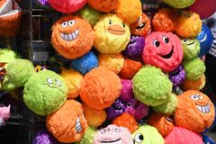 Jaskrawe, colourful, kolorowe, uśmiechnięte smiley plushy zabawki na nadmorski pamiątki kramu, robią zakupy Southend na morzu fotografia royalty free
