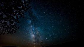 Jaskrawe gwiazdy rusza się wolno w głębokim zmroku - błękitny nocne niebo krajobraz w malowniczym północnego światła czasu upływu zdjęcie wideo