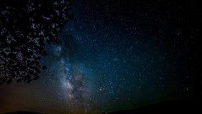 Jaskrawe gwiazdy rusza się wolno w głębokim zmroku - błękitny nocne niebo krajobraz w nieprawdopodobnym północnego światła czasu  zbiory