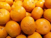 Jaskrawe i soczyste pomarańcze, wystawiać przy miejscowego rynkiem, przygotowywającym umieszczającym w dziennego nabywcy ` kosz zdjęcia royalty free