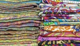 Jaskrawe kaszmirowe chusty w bazarze Tło z orientalnymi chustami zdjęcie royalty free