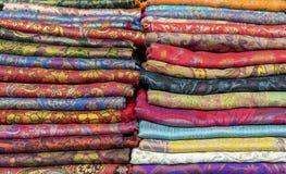 Jaskrawe kaszmirowe chusty w bazarze Tło z orientalnymi chustami obraz royalty free