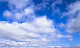 Jaskrawe niebieskiego nieba i bielu chmury Fotografia Stock