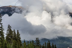 Jaskrawe niskie chmury w Canmore Kanada Zdjęcia Stock