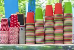 Jaskrawe rozporządzalne filiżanki na kontuarze plenerowa kawiarnia Papierowe filiżanki dla różnorodnych napojów zdjęcia royalty free