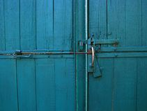 Jaskrawego błękitnego koloru rocznika drewniane bramy z drzwiową rękojeścią i latc Zdjęcia Stock