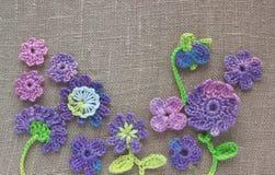 Jaskrawego kolorowego oryginału szydełkowy handmade tło z kwiatami i liśćmi Ładnego bawełnianego domowej roboty irlandczyka szyde Zdjęcie Stock