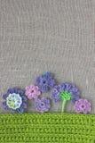 Jaskrawego kolorowego oryginału szydełkowy handmade tło z kwiatami i liśćmi Ładnego bawełnianego domowej roboty irlandczyka szyde Fotografia Royalty Free