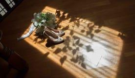 Jaskrawego lata ślubny bukiet kłama na drewnianej ławce Słońc światła na poślubiać dekoracyjnych szczegóły obraz stock
