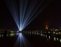Jaskrawi światła od miasta na rzece Zdjęcia Royalty Free