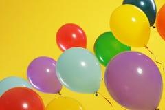 Jaskrawi balony na koloru tle zdjęcia stock