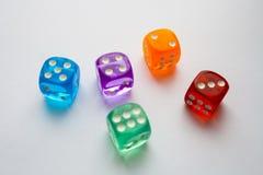 Jaskrawi barwiący kostka do gry Zdjęcia Stock