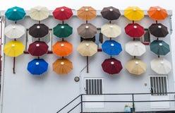 Jaskrawi barwioni parasole dekoruje ścianę budynek zdjęcia royalty free