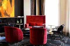 Jaskrawi czerwoni sukienni krzesła i kanapa Obraz Stock