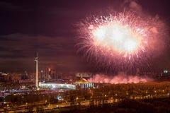 Jaskrawi fajerwerków wybuchy w nocnym niebie w Moskwa, Rosja zdjęcia stock