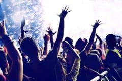 Jaskrawi fajerwerki i rozochocony tłum świętuje nowego roku Zdjęcie Royalty Free