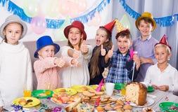 Jaskrawi grupowi dzieci ma partyjnych friend's urodzinowych Obraz Royalty Free