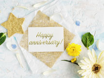 Jaskrawi lato kwiaty wyśmiewają up z rzemiosła złota i papieru gwiazdami Zdjęcia Stock
