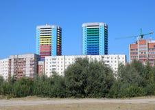 Jaskrawi piękni barwiący wieżowowie miasto oferują wygodnemu rozwojowi gromadzkiego mieszkaniowego szyka dogodny zdjęcie royalty free