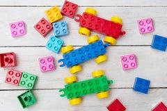 Jaskrawi plastikowi budowa bloki na drewnianym tle rozwijać Fotografia Royalty Free