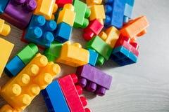 Jaskrawi plastikowi budowa bloki na tle siwieją drewnianego Rozwija zabawki uczenie się wcześniej Rama Odgórny widok Obrazy Royalty Free
