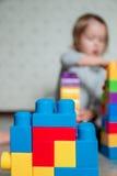 Jaskrawi plastikowi budowa bloki z unrecognizable dziecko dziewczyną na tle Rozwija zabawki uczenie się wcześniej Obrazy Stock