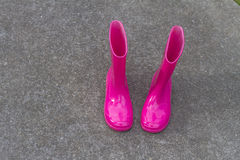 Jaskrawi różowi gumowi buty Fotografia Royalty Free