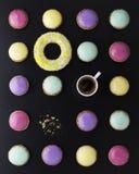 Jaskrawi round desery i filiżanka kawy fotografia stock