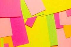 Jaskrawi zmięci barwiący majchery na biurowej białej desce obrazy stock