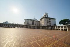 Jaskrawy światło słoneczne nad Istiqlal meczet Zdjęcia Stock
