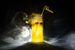 jaskrawy żółtej zieleni koktajl garnirujący z wapnem Klasyczni alkoholów koktajle, alkoholiczni napoje, miękcy napoje, smakowici  Zdjęcie Stock
