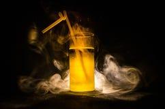 jaskrawy żółtej zieleni koktajl garnirujący z wapnem Klasyczni alkoholów koktajle, alkoholiczni napoje, miękcy napoje, smakowici  Obrazy Stock