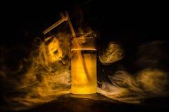 jaskrawy żółtej zieleni koktajl garnirujący z wapnem Klasyczni alkoholów koktajle, alkoholiczni napoje, miękcy napoje, smakowici  Zdjęcia Royalty Free