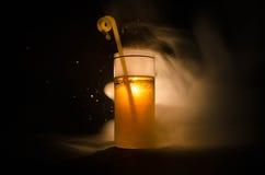 jaskrawy żółtej zieleni koktajl garnirujący z wapnem Klasyczni alkoholów koktajle, alkoholiczni napoje, miękcy napoje, smakowici  Zdjęcia Stock