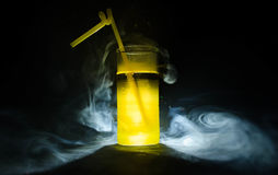 jaskrawy żółtej zieleni koktajl garnirujący z wapnem Klasyczni alkoholów koktajle, alkoholiczni napoje, miękcy napoje, smakowici  Fotografia Royalty Free