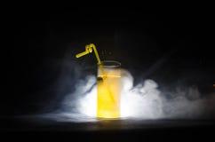 jaskrawy żółtej zieleni koktajl garnirujący z wapnem Klasyczni alkoholów koktajle, alkoholiczni napoje, miękcy napoje, smakowici  Obrazy Royalty Free