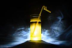 jaskrawy żółtej zieleni koktajl garnirujący z wapnem Klasyczni alkoholów koktajle, alkoholiczni napoje, miękcy napoje, smakowici  Zdjęcie Royalty Free