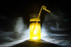 jaskrawy żółtej zieleni koktajl garnirujący z wapnem Klasyczni alkoholów koktajle, alkoholiczni napoje, miękcy napoje, smakowici  Fotografia Stock