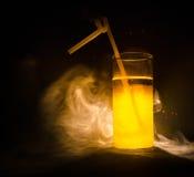 jaskrawy żółtej zieleni koktajl garnirujący z wapnem koktajle przy barem, alkoholiczni napoje, miękcy napoje, smakowici koktajle  Fotografia Royalty Free