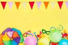 Jaskrawy żółty Świąteczny tło z, śmieszne karnawałowe maski, świąteczny świecidełko, girlanda z - baloons, i zdjęcie royalty free