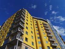 Jaskrawy Żółty blok mieszkalny Fotografia Royalty Free
