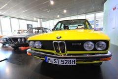 Jaskrawy żółty BMW 5 serii klasycznego sedanu na pokazie przy BMW muzeum Zdjęcia Stock