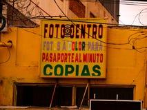 Jaskrawy Żółty Fotograficzny sklepu przód w Tijuana, Meksyk zdjęcia stock
