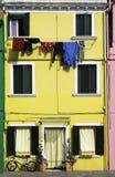 Jaskrawy żółty koloru dom w Wenecja Obrazy Royalty Free