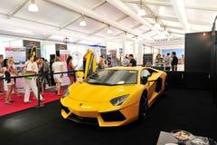 Jaskrawy żółty Lamborghini Aventador na pokazie przy Singapur jachtu przedstawieniem 2013 zdjęcia stock