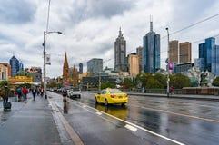 Jaskrawy żółty taxi jeżdżenie na książe moscie z Melbourne CBD Obraz Royalty Free
