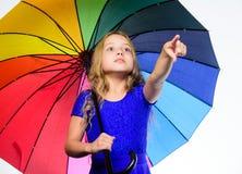 Jaskrawy akcesorium dla jesieni Mała dziewczyna z parasolową deszczowy dzień pogodą mała dziewczyna parasolkę Jesieni moda pobyt fotografia stock